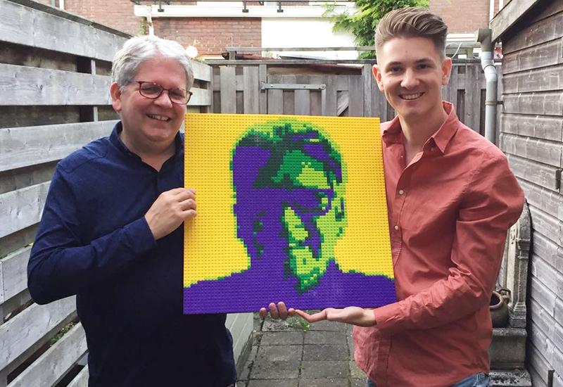 Overhandiging LEGO portret aan Frank Janssen